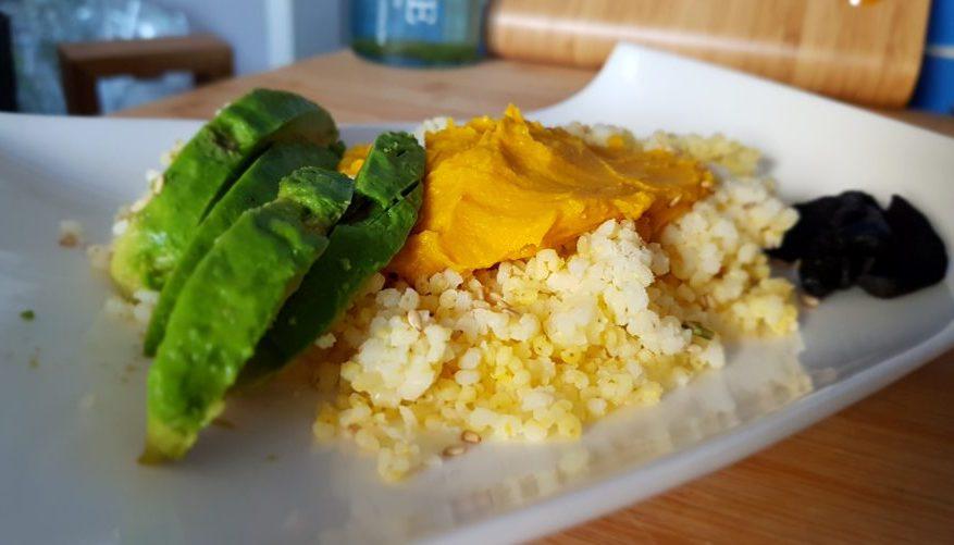Paté de garbanzos y zanahoria al curry con mijo, aguacate y ajo negro
